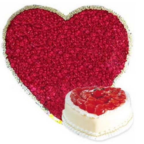 Buy gift set of Heartshape arrangement of 100 roses with Heartshape strawberry cake